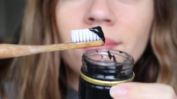 Cara Memutihkan Gigi Secara Alami Dengan Menggunakan Charcoal