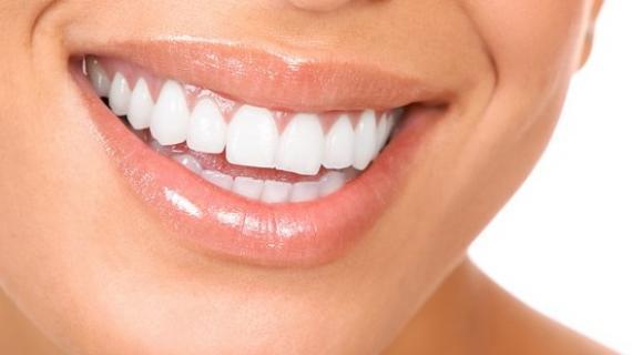 Cara Alami Membersihkan Karang Gigi dan Memutihkan Gigi