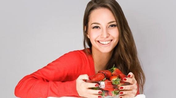 Cara Memutihkan Gigi dengan Stroberi, Cara Unik yang Efektif
