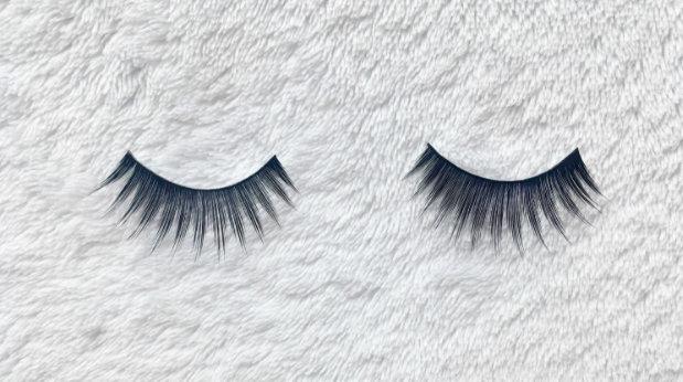 memakai bulu mata palsu