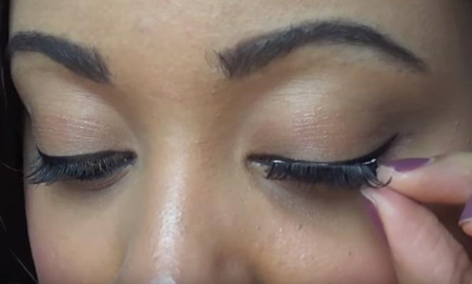 memasang bulu mata palsu