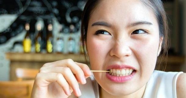 mengatasi bau mulut karena gigi berlubang