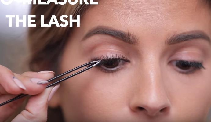 menggunakan bulu mata palsu